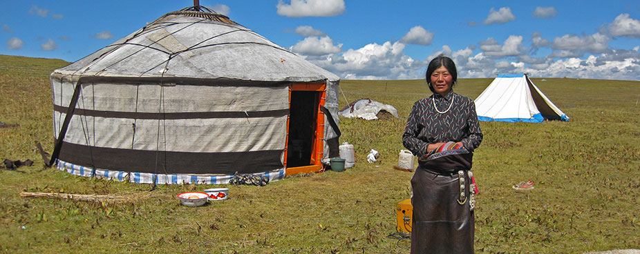 Tibetan-Mogolian-yurt-and-nomads-in-Qinghai926x368